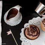 Porque ya os he contado mi tardía adicción al chocolate...Cupcakes de vainilla con corazón de chocolate y fresas